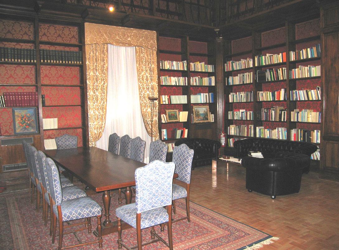 Restauro di mobili antichi a palazzo del collegio romano for Regalo mobili antichi